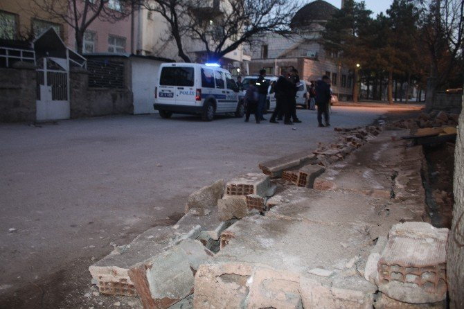 Üzerlerine Bahçe Duvarı Devrilen 3 Çocuk Yaralandı