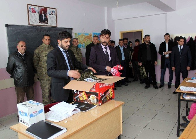 Mehmetçik Ve Köy Korucularından Öğrencilere Yardım