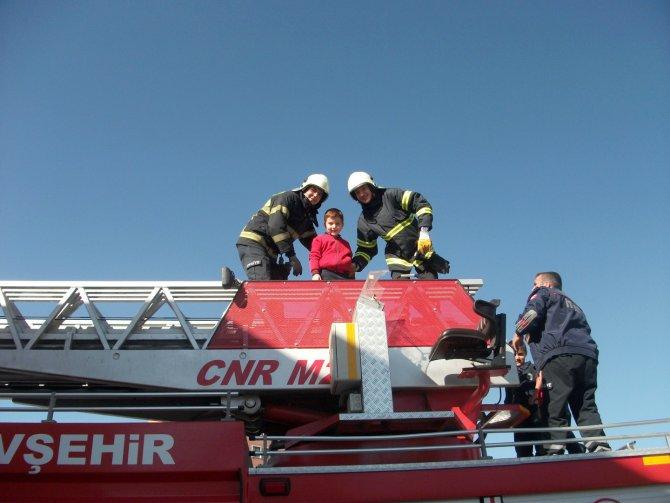 İtfaiye ekipleri öğrencilere yangın eğitimi verdi