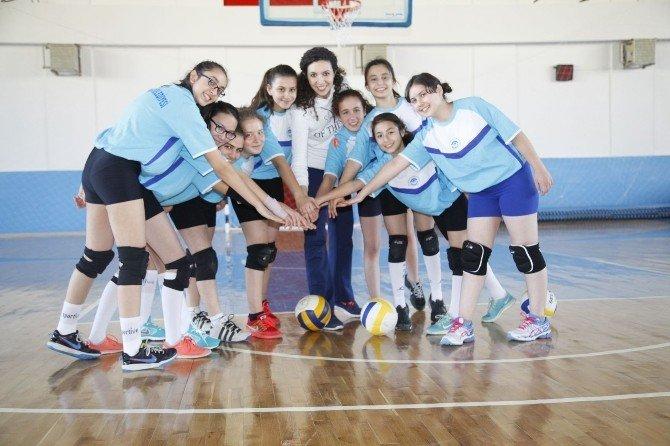 Odunpazarı Minik Kız Voleybol Takımı Kupa Yolunda