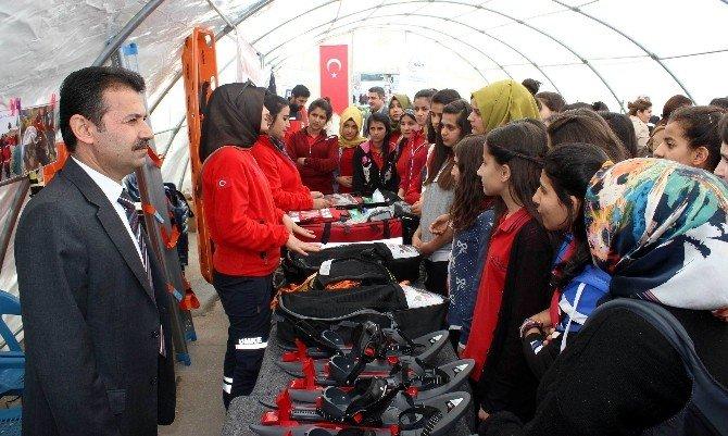 Arama Kurtarma Çadırına Öğrenciler Yoğun İlgi Gösteriyor