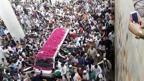 Pakistan'da valiyi öldüren korumanın cenaze namazına on bin kişi katıldı
