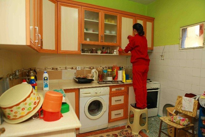 Yaşlıların Ve Engellilerin Evlerini Temizliyorlar