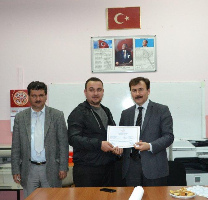 Baba destek eğitimini tamamlayan babalara sertifika verildi