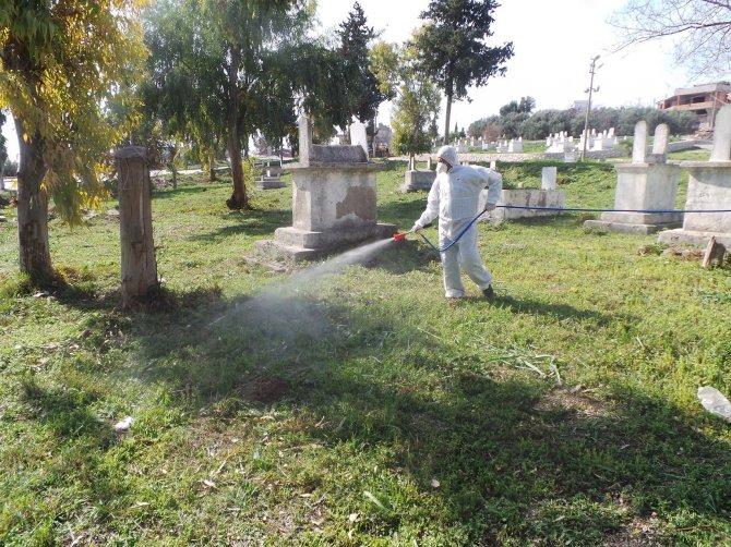 Adana'da mezarlıklar mobil ilaçlama aracı ile temizleniyor