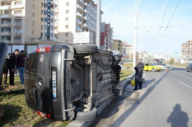 İki Aracın Kafa Kafaya Çarpıştığı Kazada Şans Eseri Kimse Yaralanmadı