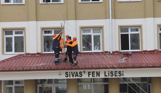 Deprem tatbikatında öğrenciler çığlık çığlığa kendilerini dışarı attı