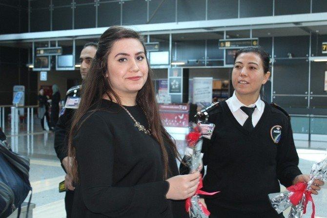 Güvenlik Görevlileri Yolculara Karanfil Dağıttı