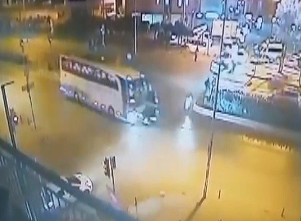 Otobüs Otomobili 100 Metre Sürükledi