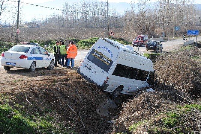 Amasya'da İşçileri Taşıyan Minibüsle Otomobil Çarpıştı: 4 Yaralı
