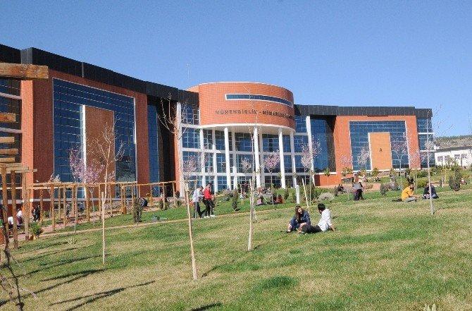 Üniversite Kampüse Bahar Erken Geldi