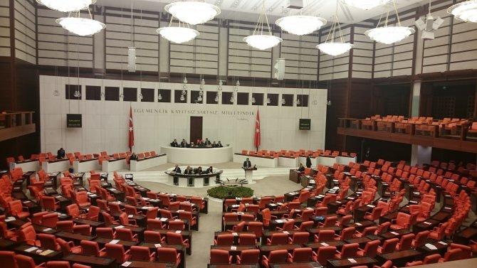 Bakan Ünal, milletvekilleri yemeğe gidince boş sıralara konuştu