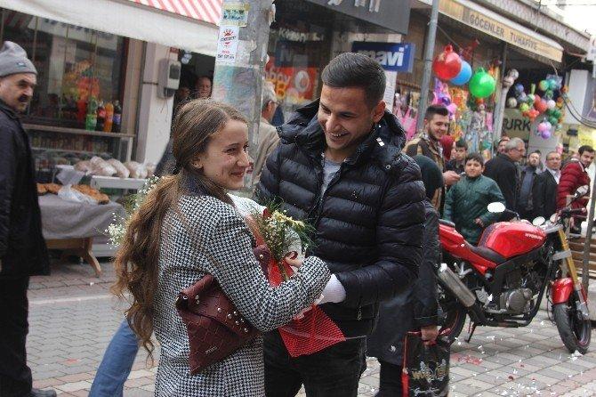 Cadde Ortasında Sürpriz Evlenme Teklifi