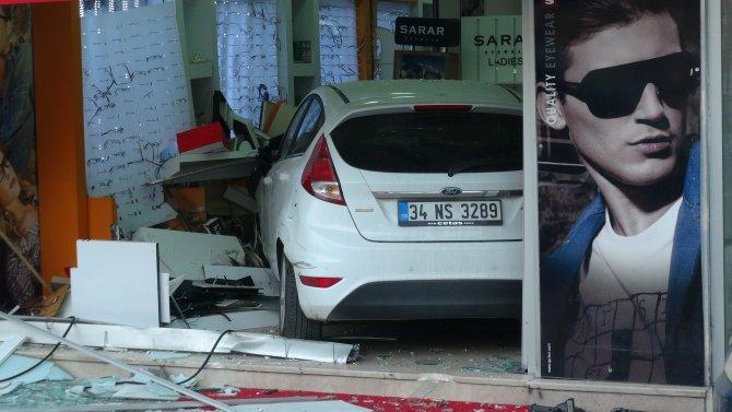 Yayaya çarpan sürücünün kullandığı otomobil, optik dükkanına girdi