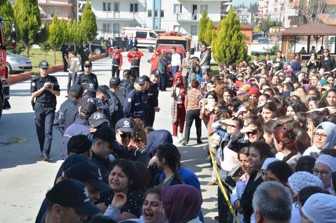 Temsili Depremdeki Temsili Tatili Gerçek Zanneden Öğrencilerin Sevinci Kısa Sürdü