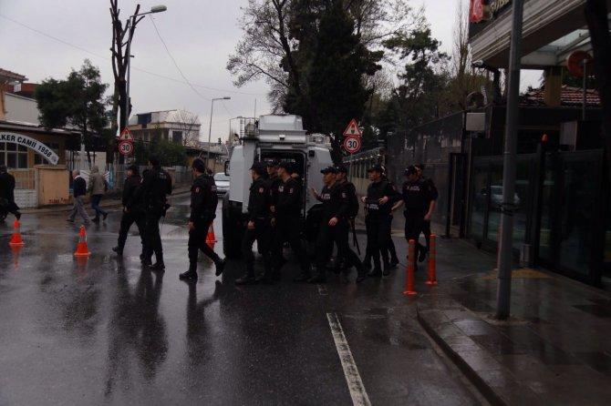 Polise saldıranlar apartmanda kıstırıldı