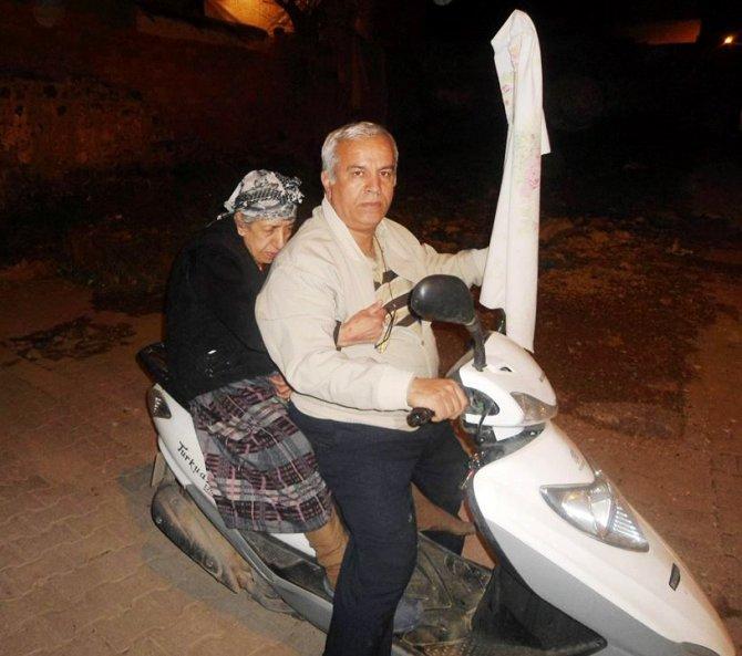 Polis ve ambulans gidemeyince Sur'daki yaşlı hastayı motosikletiyle taşıdı