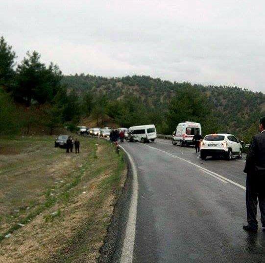 İşçileri taşıyan servis minibüsü kaza yaptı: 8 yaralı
