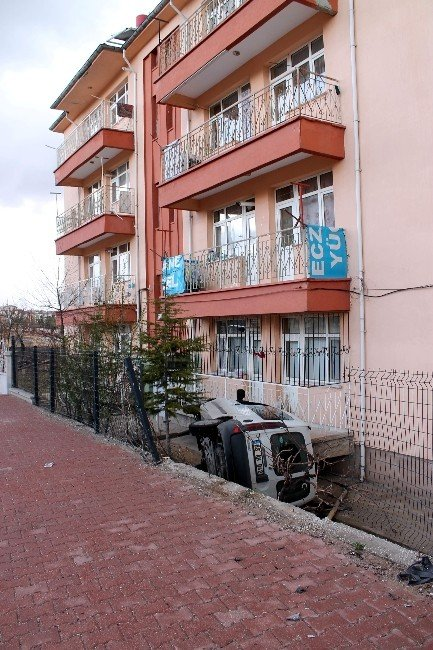 Hafif Ticari Araç Evin Bahçesine Uçtu: 1 Yaralı