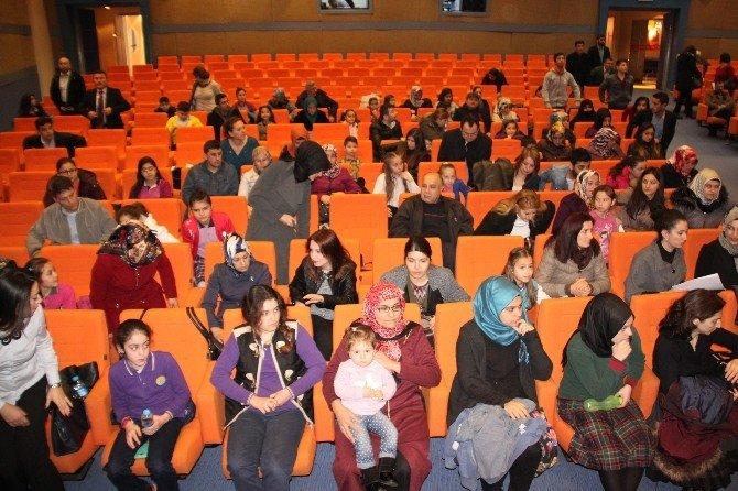 Öğrenciler İstiklal Marşı Yarışmasını Depoda Yaptı