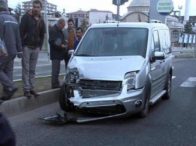 Ambulansla Otomobil Çarpıştı: 3 Yaralı