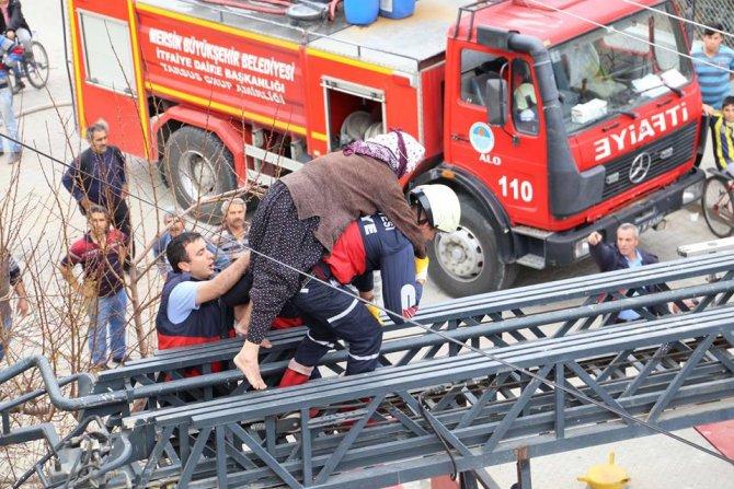 İtfaiye ekipleri yangında mahsur kalan yaşlı kadını sırtlarında indirdi