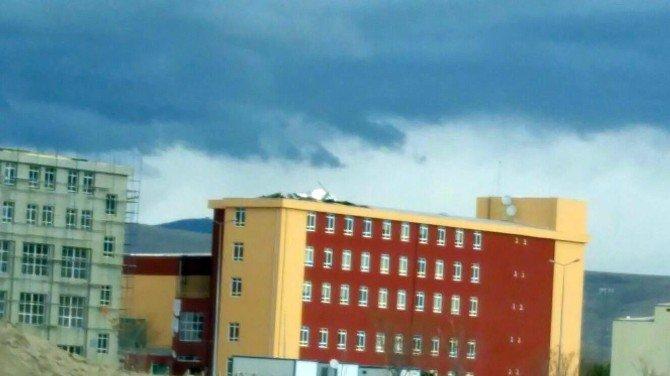 Rüzgar Niğde'de Çatıları Uçurdu