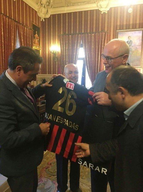 Başkan Kurt, İspanya'da Eskişehirspor Ve Fethi Heper'i Anlattı