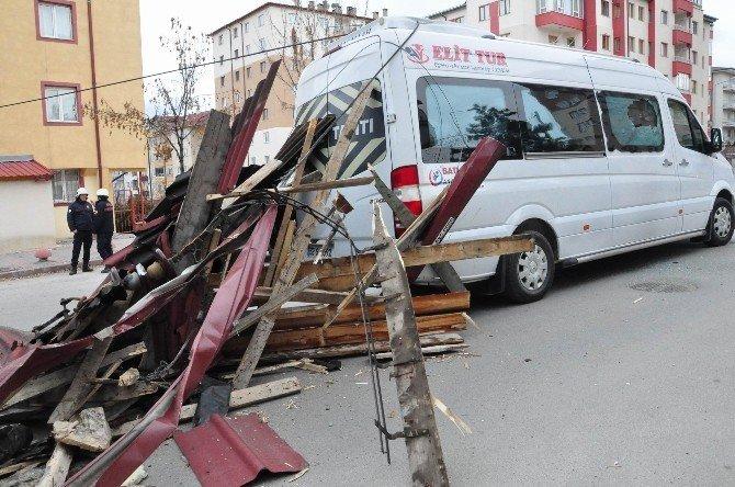 Sivas'ta Şiddetli Rüzgar Çatıyı Yerinden Söktü