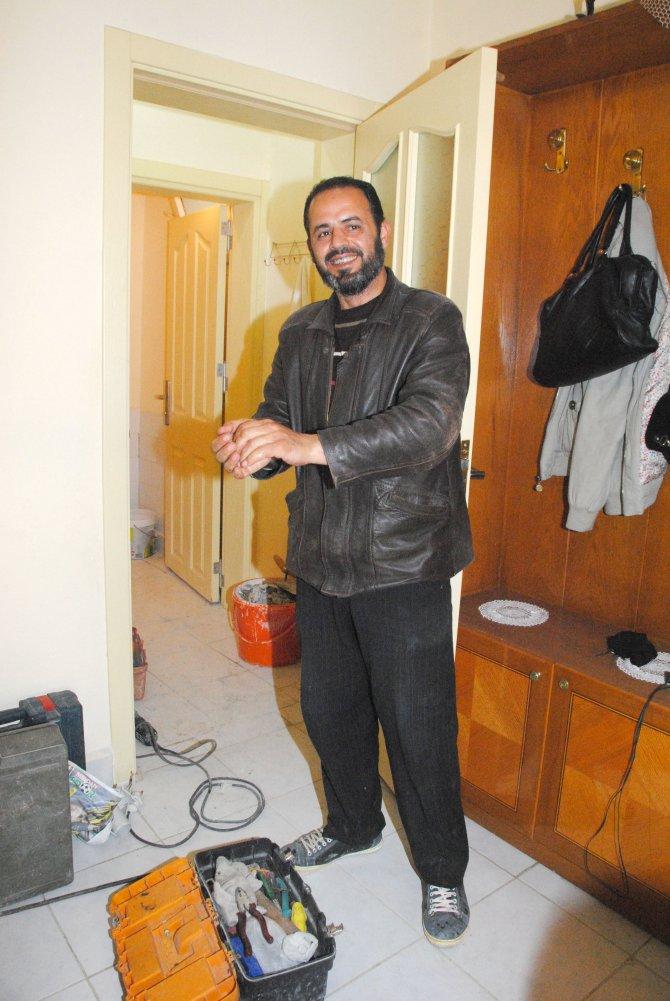 İki üniversite mezunu Suriyeli Mahmut, su tesisatçısının yanında çırak