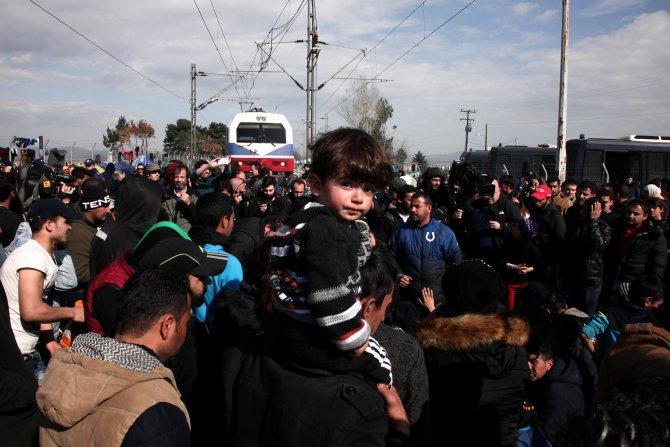 Mülteciler, Yunan-Makedon sınırındaki demiryolunu kapattı