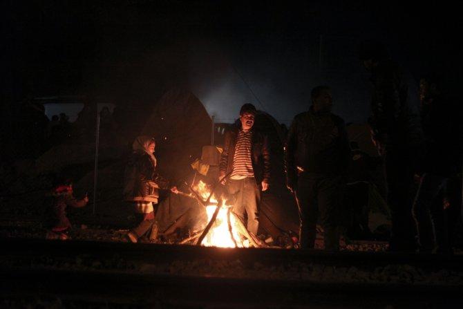 Makedonya sırındaki mülteciler geceyi ateş etrafında geçiriyor