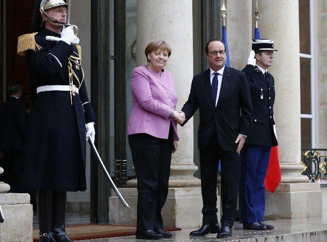 Merkel, Mülteci Krizini Görüşmek Üzere Elysee Sarayı'na Geldi