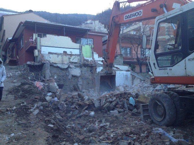 Bursa'da Kepçe Yanlış Evi Yıktı
