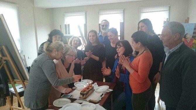Kursiyer Ressamlar, Arkadaşlarının Doğum Gününü Atölyede Kutladı