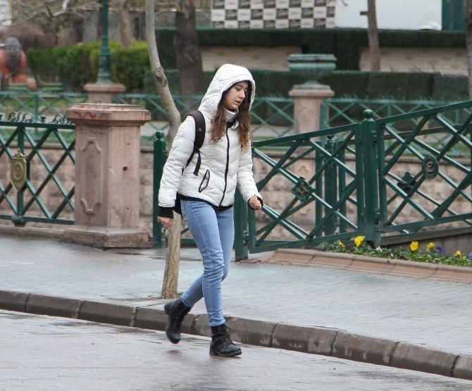 Eskişehir'de Güneş Yerini Yağmura Bıraktı, Hava Sıcaklığı Düştü