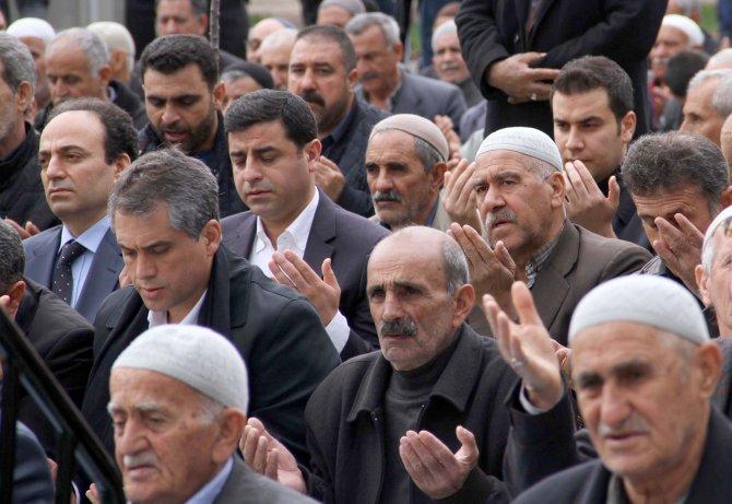 Selahattin Demirtaş ve HDP'liler parkta cuma namazı kıldı