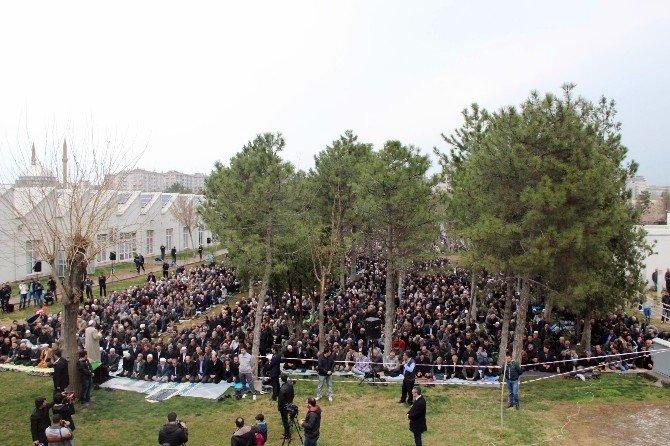 Demirtaş Ve 2 Bin HDP'li Parkta Cuma Namazı Kıldı