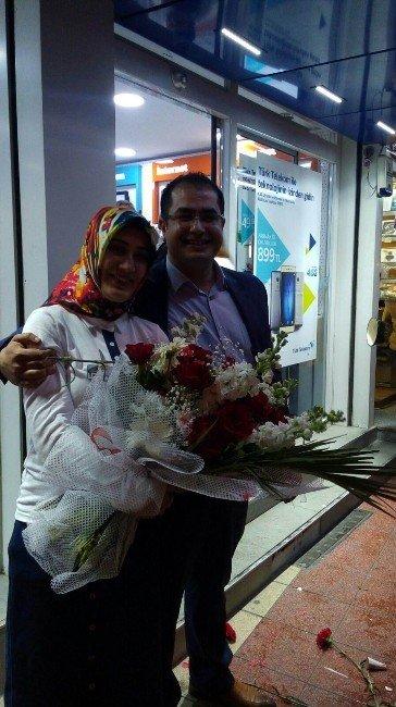 Sürpriz Evlenme Teklifini Caddeden Geçenler De Alkışladı