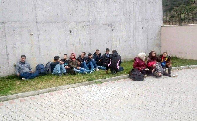 Foça'da 15 Sığınmacı Yakalandı