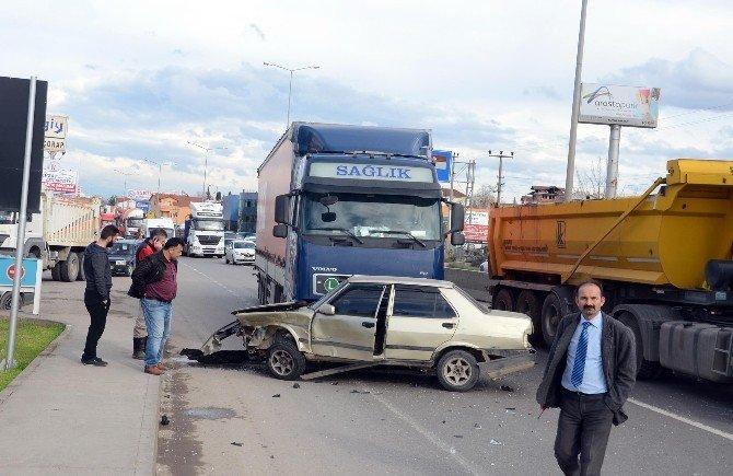 Acele Eden Taksi Tır'ın Altında Kaldı: 3 Yaralı