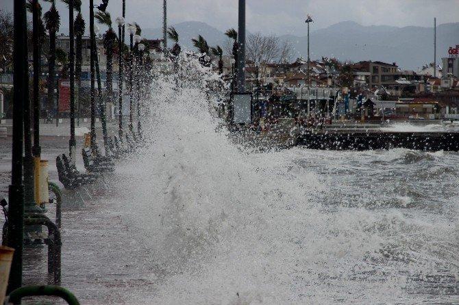 Edremit Körfezi'nde Dev Dalgalar Sahilleri Dövüyor