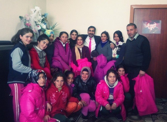 Köyündeki Öğrencilere Mont Ve Kaban Gönderdi
