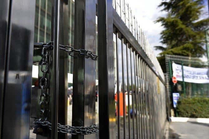 Zaman Gazetesi'nin Kapısını Demir Zincirle Kilitlediler