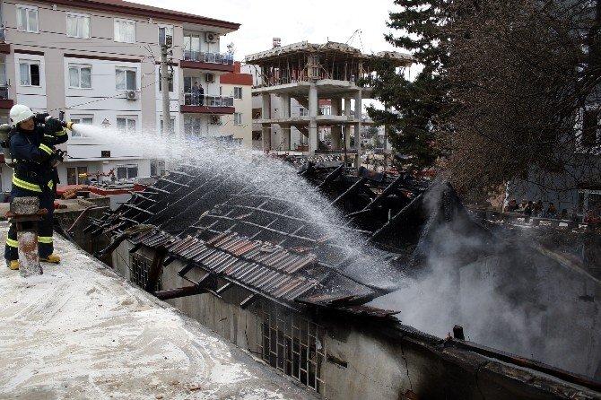 Antalya'da Çıkan Yangında TEK Katlı Ev Kül Oldu