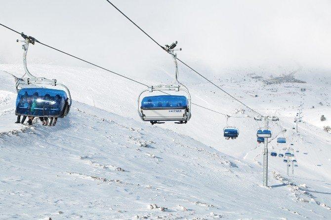 Kayak Merkezi Kayakçıları Bekliyor