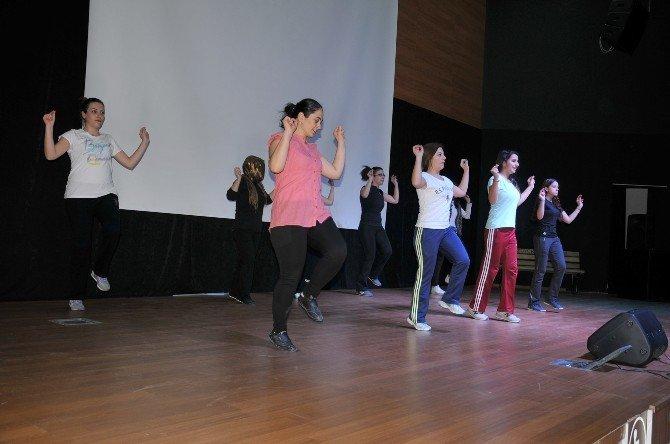 'Kuruluştan Kurtuluşa Halk Oyunları Topluluğu' Kadınlar Günü'ne Hazırlanıyor