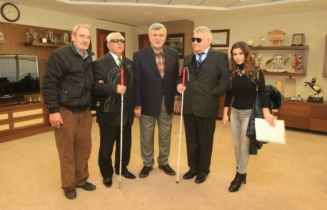 Başkan Karaosmanoğlu, Karanlıkta Diyalog Sergilerini Gezdi