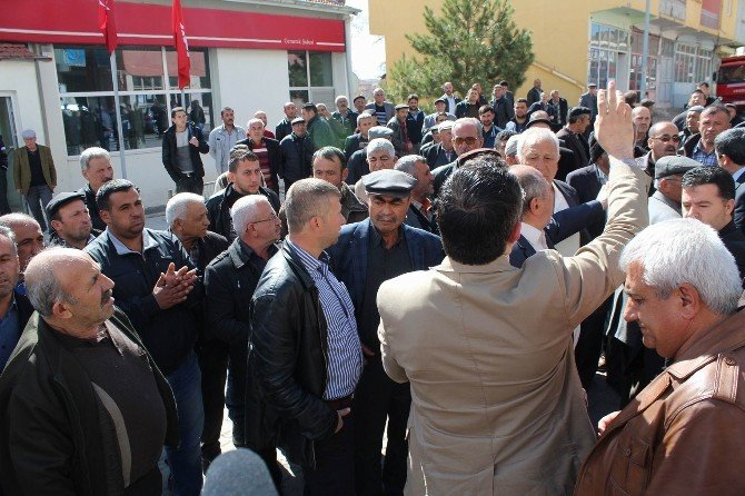 Banka Şubesinin Kapatılacağını Duyan İlçe Halkı Sokağa Döküldü