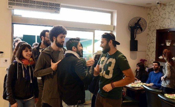 Tanışmak İçin Otostop Çekerek İstanbul'a Geldiler